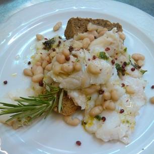Carpaccio di baccalà marinato con cipolla di Tropea e fagioli di Sarconi