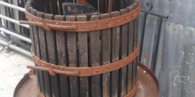 Vendo Torchio antico in legno per uva